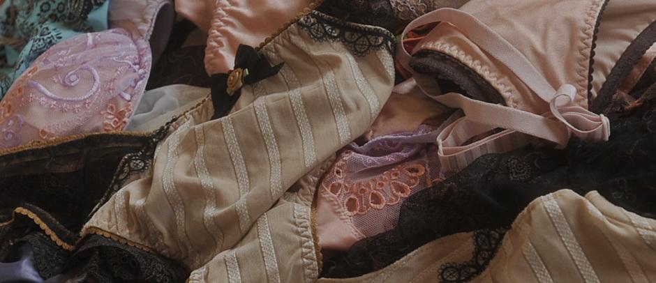Verschiedene Wäscheteile, BHs, Slips, mit und ohne Spitze